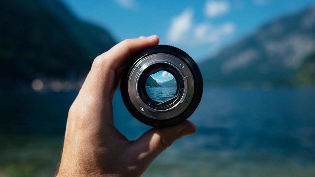 Mirando a través de la lente de la cámara