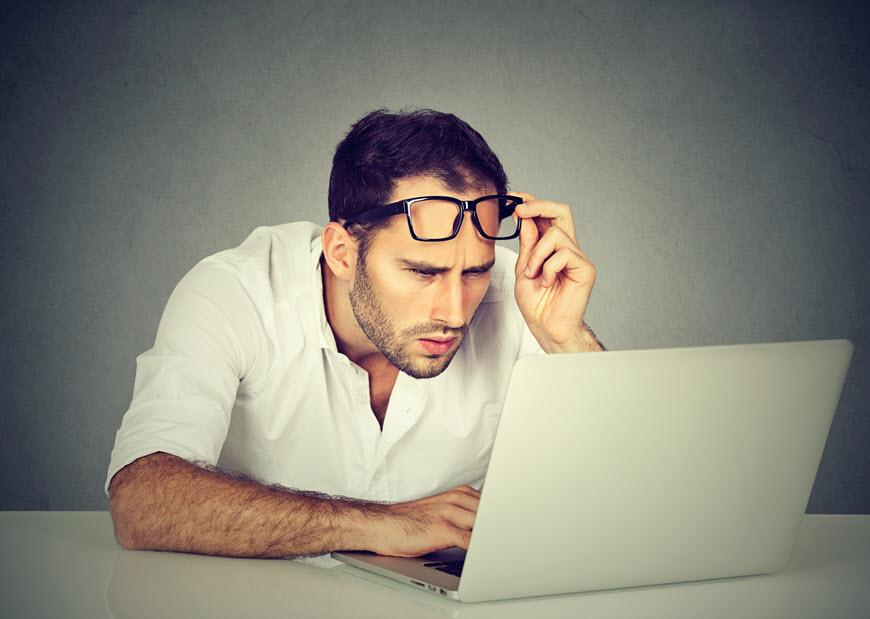 hombre con gafas en la computadora portátil