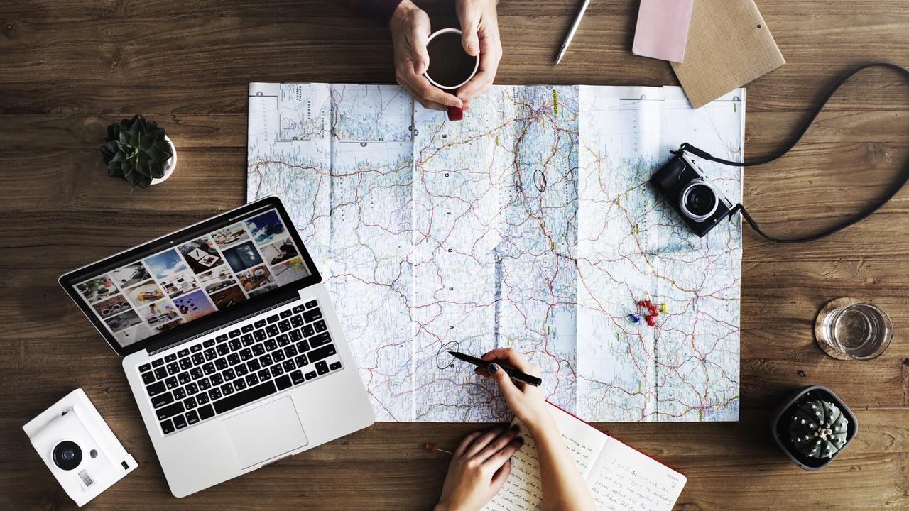 mapa, computadora portátil, mirando al destino