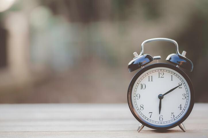 foto-de-un-reloj-sobre-una-mesa