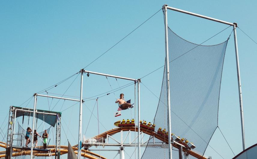 Trapecista practica en la plataforma.
