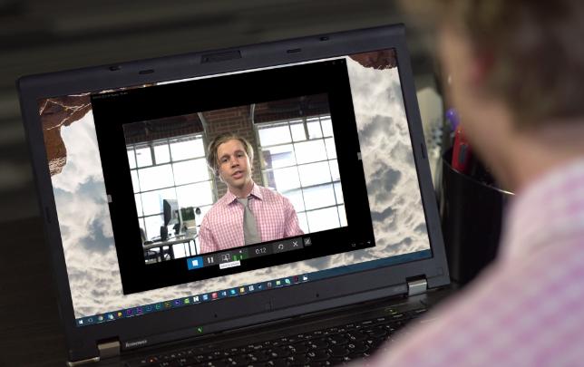 Toma por encima del hombro de un hombre profesional en la webcam